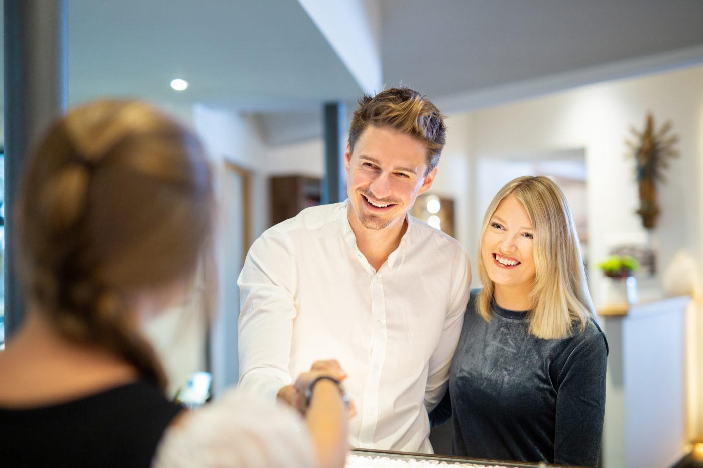 Gästebindung: Begrüßung an der Rezeption von Stammgästen © Gastfreund GmbH